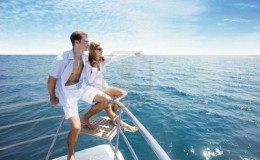 7362823-couple-relaxante-a-la-pointe-du-yacht